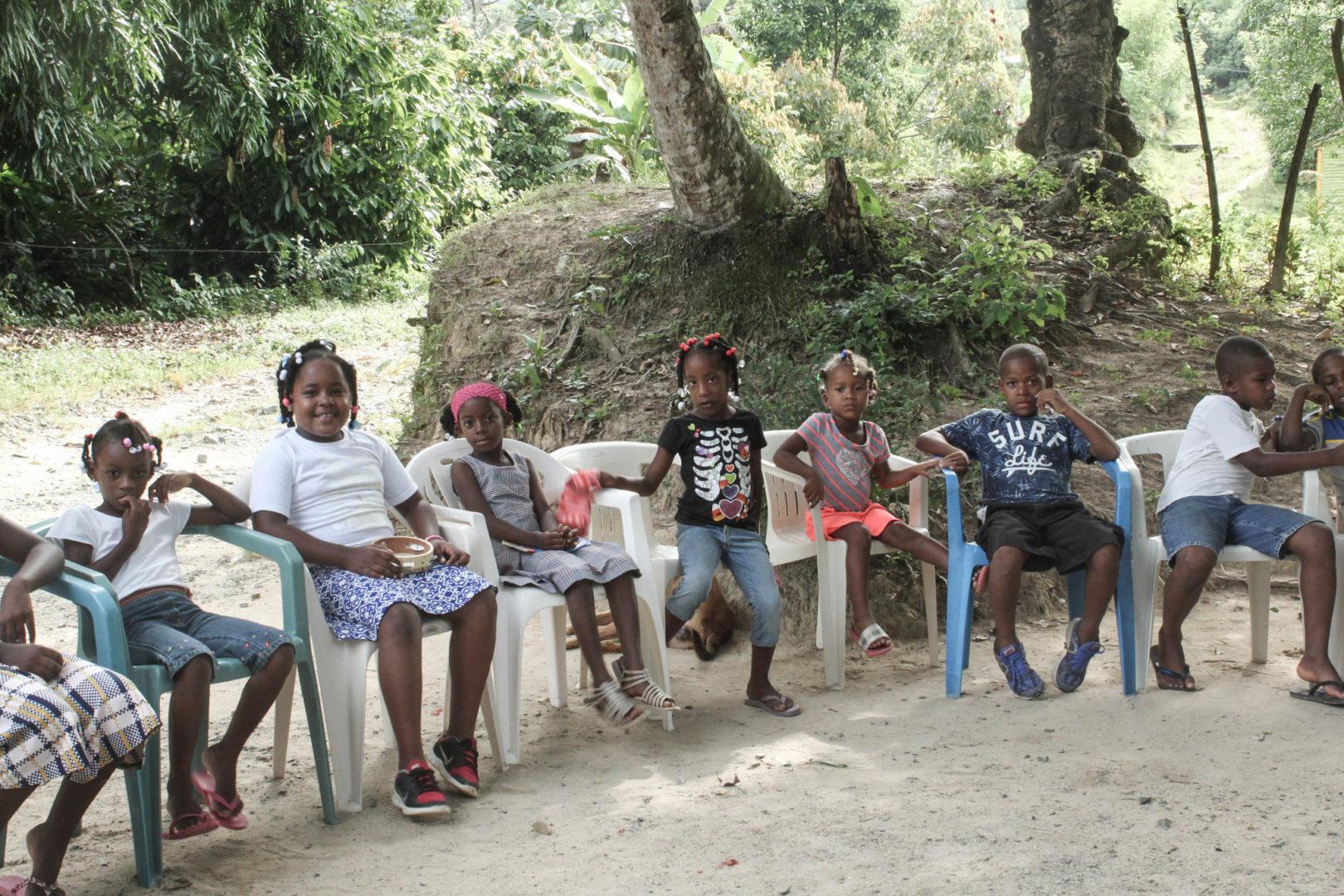 A group of kids gather in the community of La Joya.