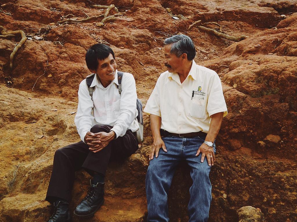 Eduardo and Gumercindo exchange knowledge and experience.